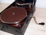 Nabízíme starý gramofon na kličku značky His Master's Voice