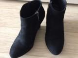 černé kotníčkové boty na klínu v.37