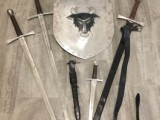 Středověké široké meče, štít, dýka, 14. století