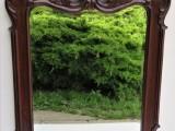 Vyřezávaný rám s fazetovým zrcadlem.